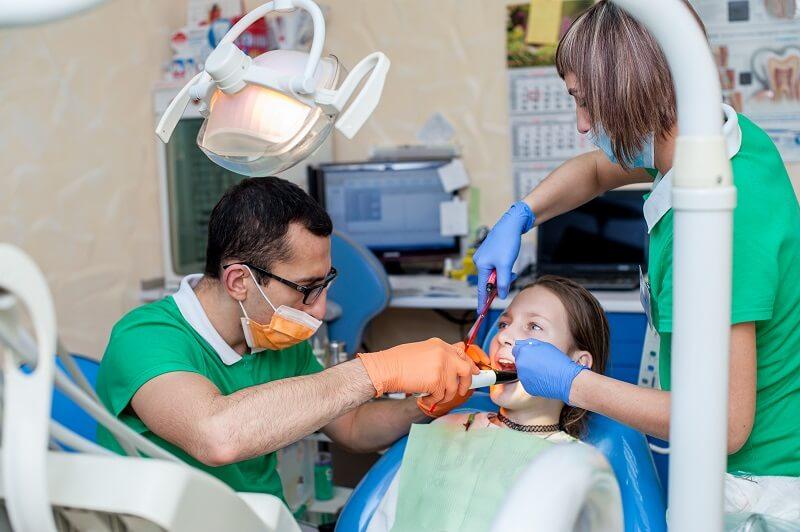 Детский стоматолог Селегень Владимир в работе
